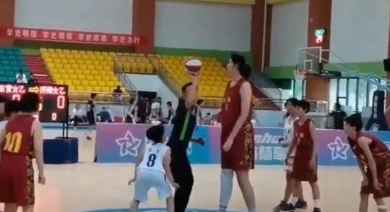 Jogadora de basquete de 14 anos tem 2,26m e viraliza na internet pelo tamanho; veja vídeo